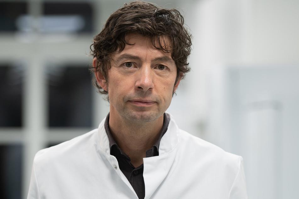 Christian Drosten, Direktor des Instituts für Virologie an der Charité in Berlin, steht im Institut, in dem Untersuchungen zum Coronavirus vorgenommen werden. (Archivbild)