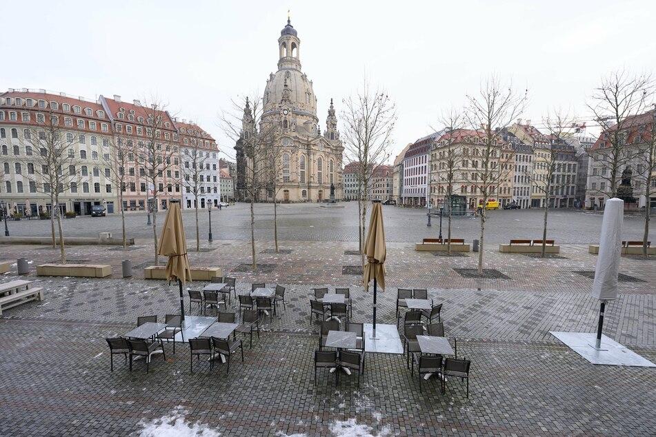 Leere Tische und Stühle stehen auf dem Neumarkt vor der Frauenkirche.