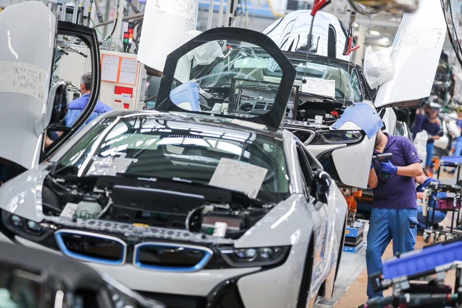 Mitarbeiter im BMW-Werk Leipzig arbeiten in der Montage des i8. BMW hat im April weltweit rund 220.000 Autos verkauft und damit gut 10 Prozent mehr als im April des Vorkrisen-Jahres 2019.