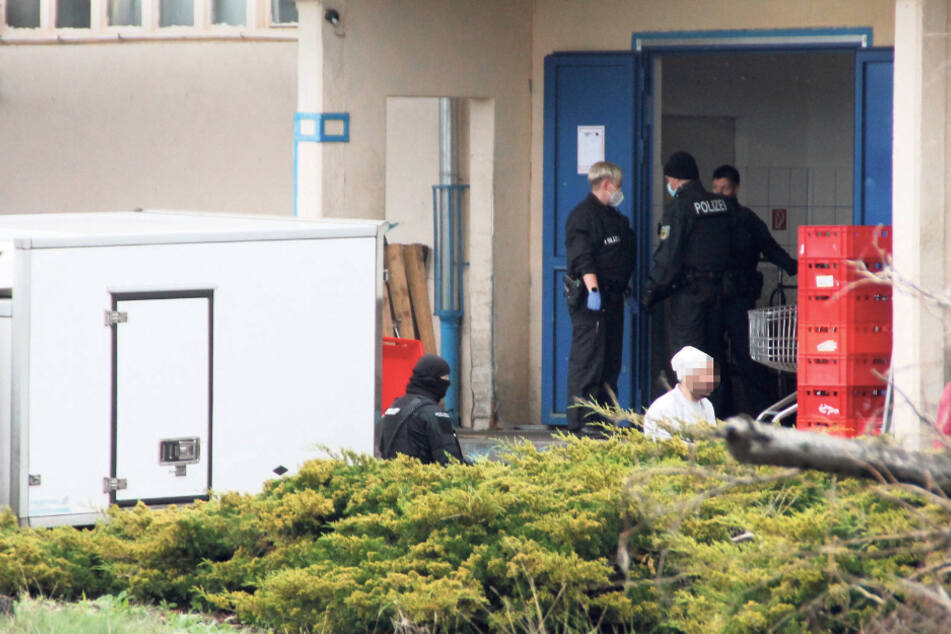 Zoll-Razzia in Döner-Fabrik: Beamte entdecken unter anderem Schusswaffen