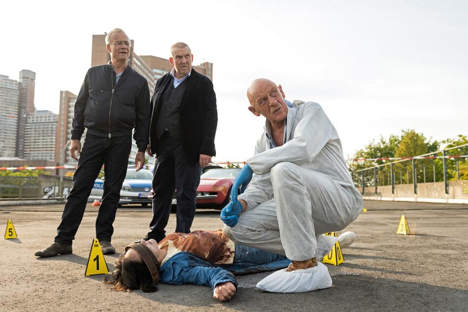 Rechtsmediziner Dr. Roth (Joe Bausch, 68, r.) und die Kommissare Freddy Schenk (Dietmar Bär, 60) und Max Ballauf (Klaus J. Behrendt, 61, l.) begutachten am Tatort eine Frauenleiche.
