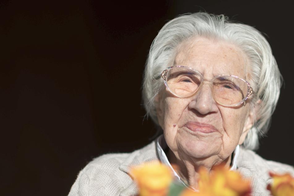 Da wird man 108 und darf keine Party feiern: Ein Gast kommt zu Oma Minas Geburtstag