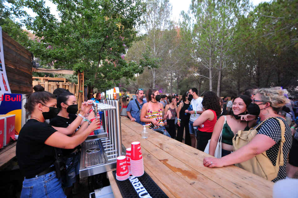 Menschen mit und ohne FFP2-Masken entspannen sich an einer Bar während des Vida 2021 Festivals im spanischen Corona-Hotspot Katalonien.
