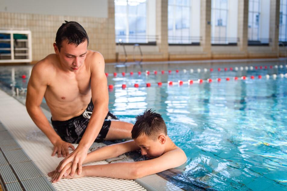 Alexander Sulitskiy (19, l.) trainiert mit seinem Bruder Gerhard (14) bei der DLRG den Einsatz als Rettungsschwimmer.