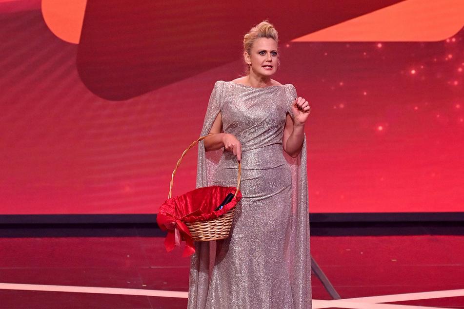 """Moderatorin Barbara Schöneberger (46) steht im Dezember 2020 bei der TV-Spendengala """"Ein Herz für Kinder"""" auf der Bühne."""