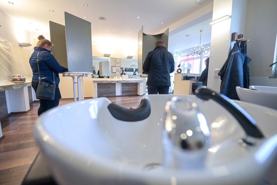 Es sollte gewaschen werden. Hinzu kommt die Faustregel: 10 Quadratmeter pro Person und ein Mindestabstand von 1,5 Metern.