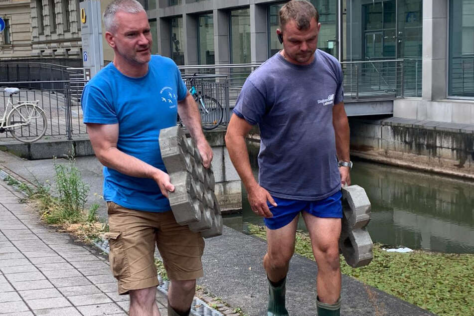 Karsten Peterlein vom NABU (44, l.) und Entenpapa Stephan Lademann haben ein Herz für Enten.