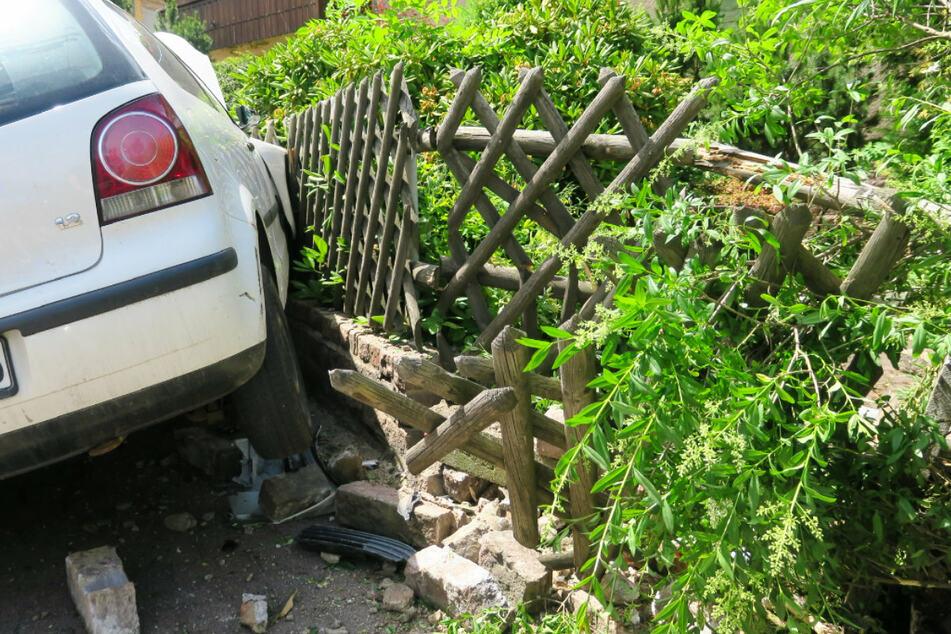 Der VW landete an einer Mauer und einem Zaun.