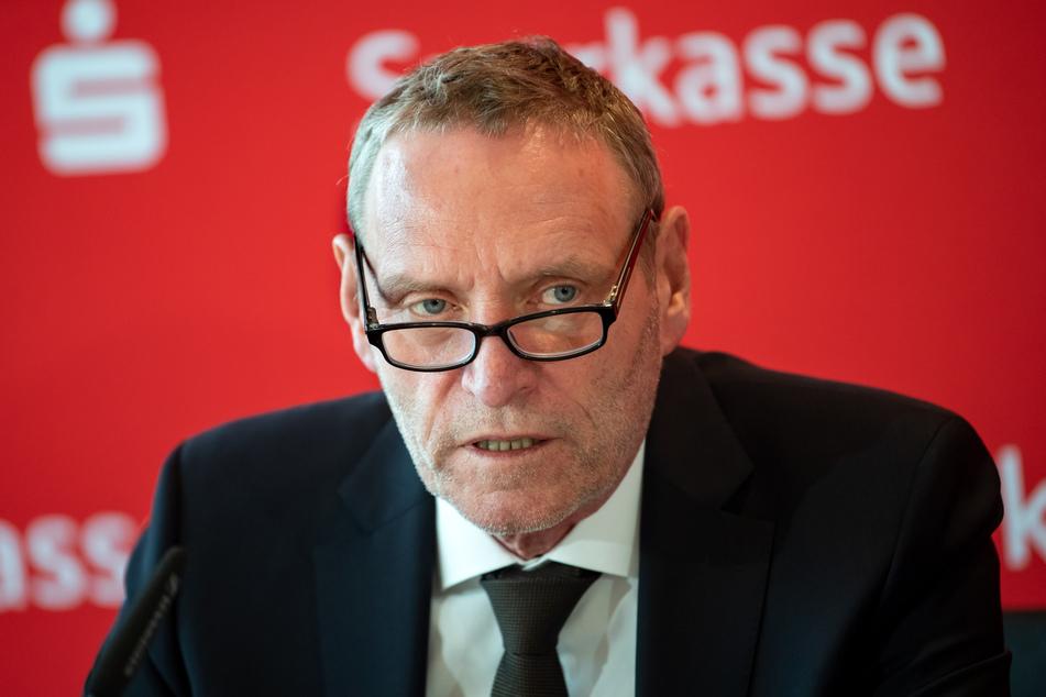 Sparkassen-Präsident Helmut Schleweis (66) hat eine Verlängerung des Teil-Lockdowns im Kampf gegen die Corona-Pandemie verteidigt.