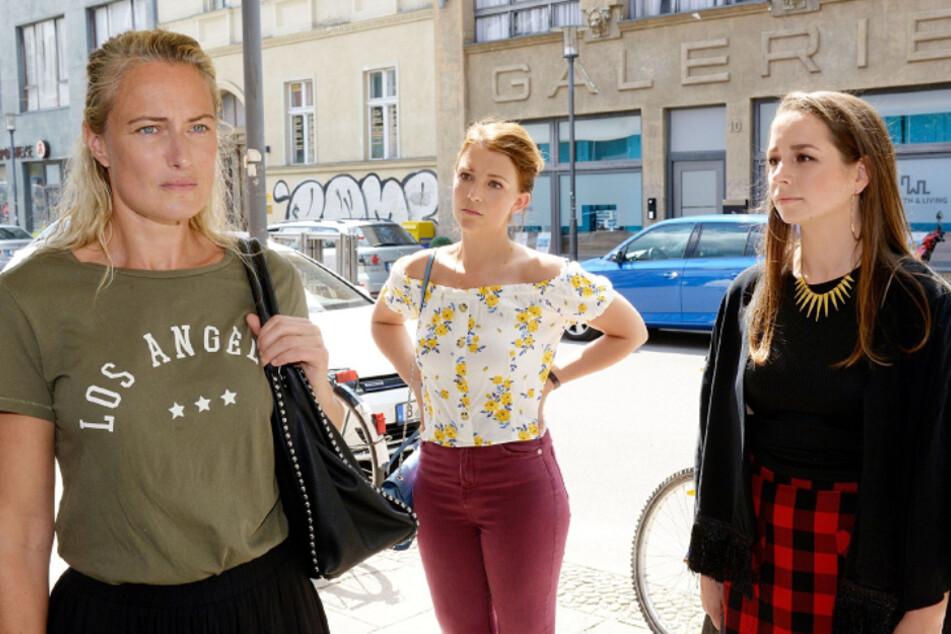 Maren (l) kann den Tod von Alexander nicht verkraften. Ihre Töchter Lilly (m) und Tanja (r) wollen ihr helfen.