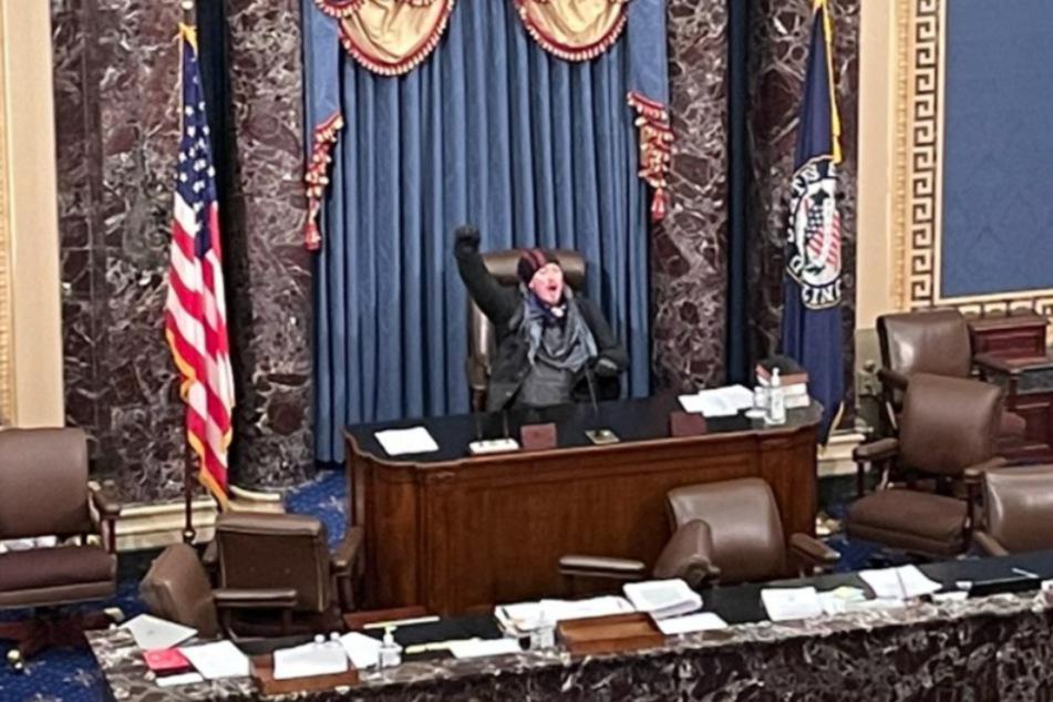 Ein Mann ist mitten im Kapitol!
