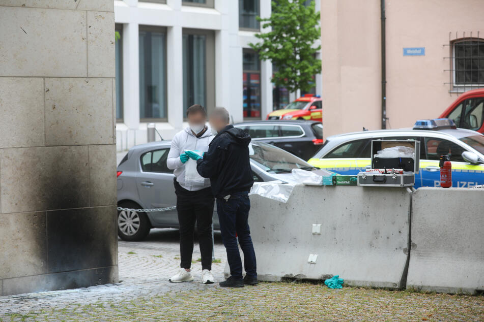 Ulm, am Samstag: Ermittler der Polizei sammeln Beweise an der Synagoge. Der Brandsatz hat gut sichtbare Spuren an der Fassade hinterlassen.