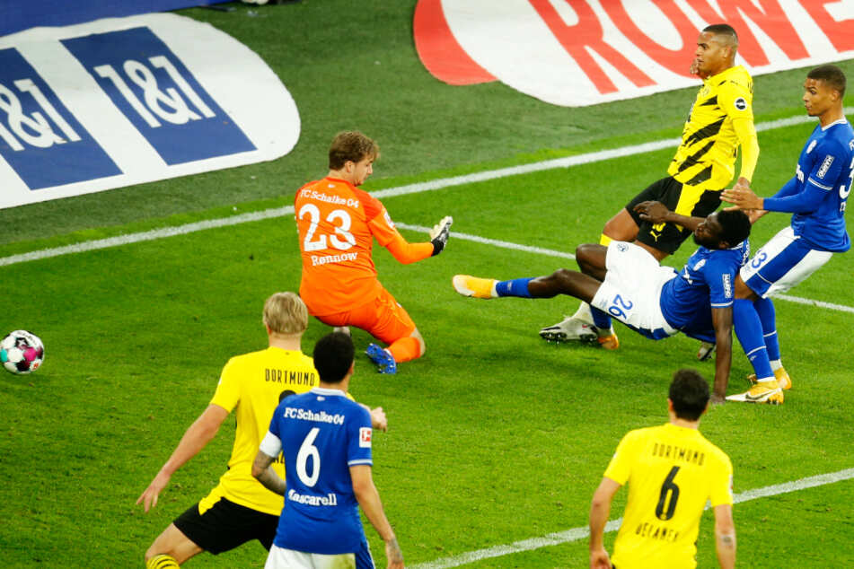 BVB-Innenverteidiger Manuel Akanji (hinten) brach den Bann und erzielte gegen den FC Schalke 04 das 1:0.