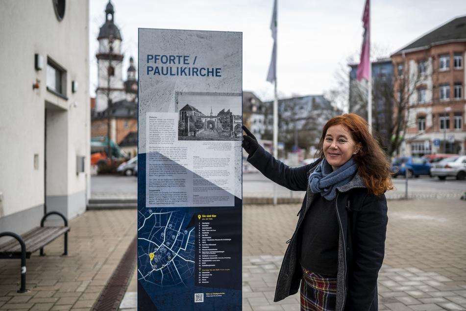 Pfarrerin Dorothee Lücke (53) steht vor der neuen Infostele zur Paulikirche am Getreidemarkt.