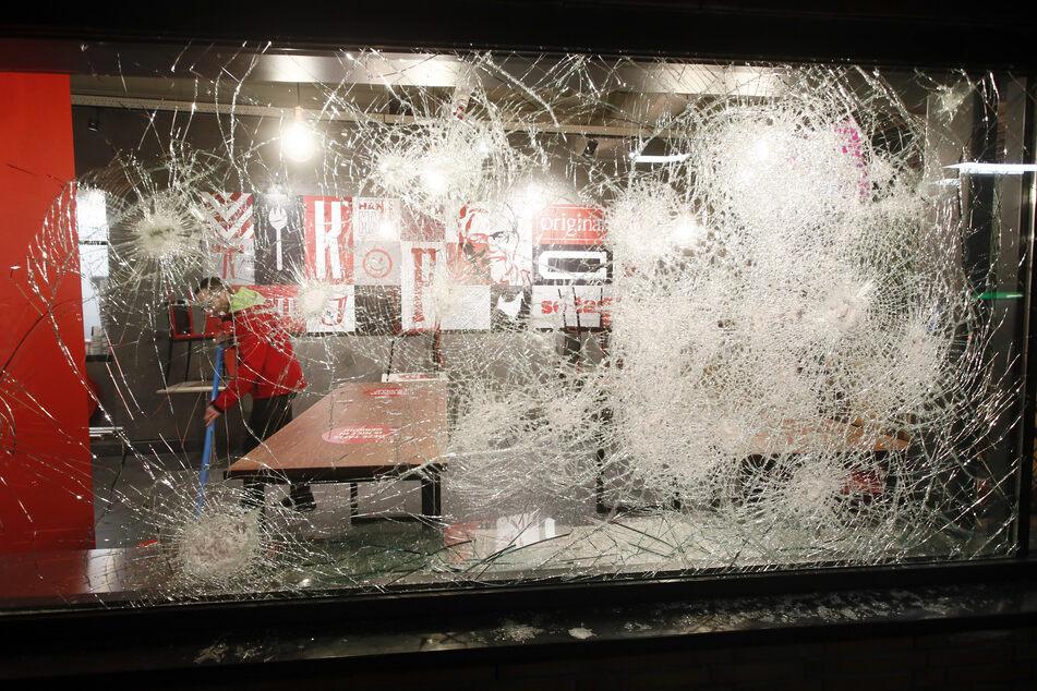 Am zweiten Abend in Folge sind in mehreren Städten in den Niederlanden Unruhen ausgebrochen. Hunderte gewaltbereite Jugendliche hatten sich nach Polizeiangaben am Montagabend kurz vor Beginn der Ausgangssperre wegen der Corona-Pandemie versammelt und die Polizei angegriffen.