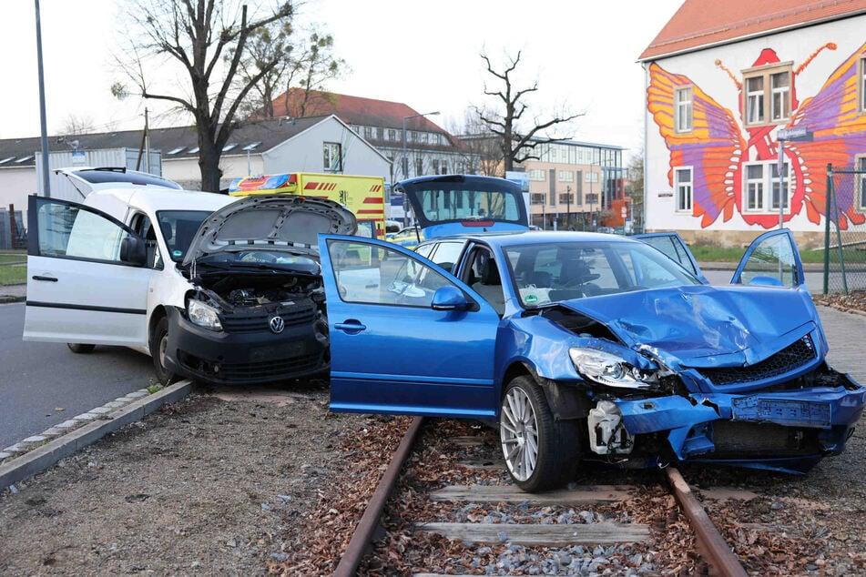 Heftiger Crash im Dresdner Gewerbegebiet: Feuerwehr muss Schwerverletzten aus VW befreien