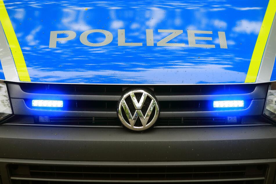 Wegen tief stehender Sonne? 77-Jährige rammt Streifenwagen: Totalschaden!