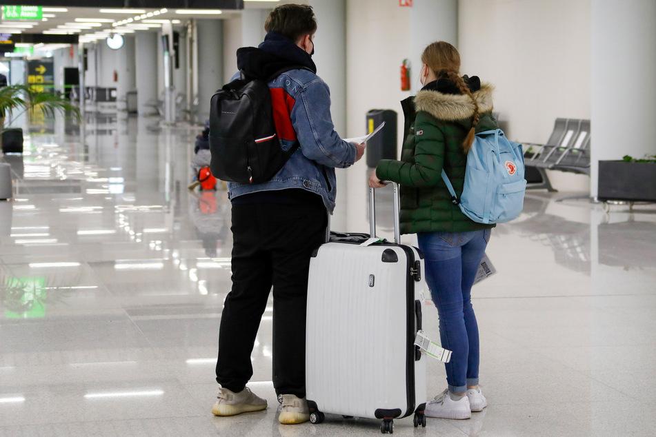 """Passagiere kommen auf dem Flughafen von Palma de Mallorca an. Angesichts der Ostertage heißt es im Entwurf, dass Bürgerinnen und Bürger dazu aufgefordert werden, auf """"nicht zwingend notwendige Reisen"""" zu verzichten."""