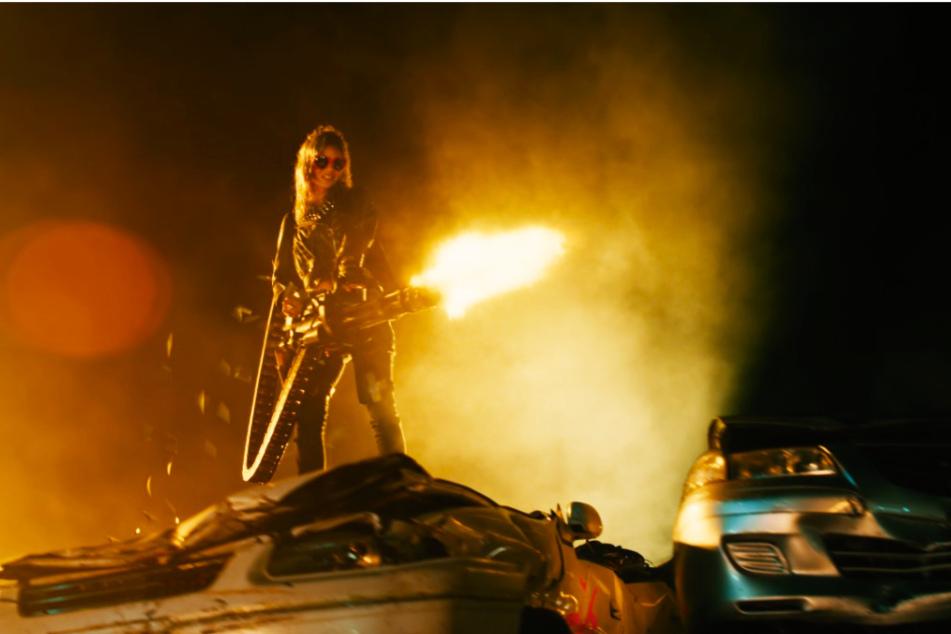 """""""Terminator""""? Nein, """"Guns Akimbo""""! Nix (Samara Weaving) hat sich für den Fight mit mehreren Gegnern entsprechend ausgerüstet."""