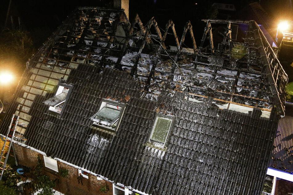 Blitzschlag setzt Dach von Einfamilienhaus in Brand
