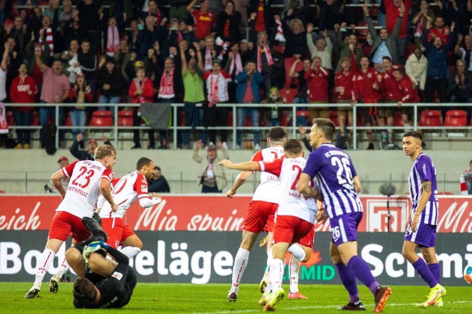 Der Genickschlag: Während FCE-Keeper Martin Männel (33) am Boden liegt, bejubeln die Regensburger den Siegtreffer.