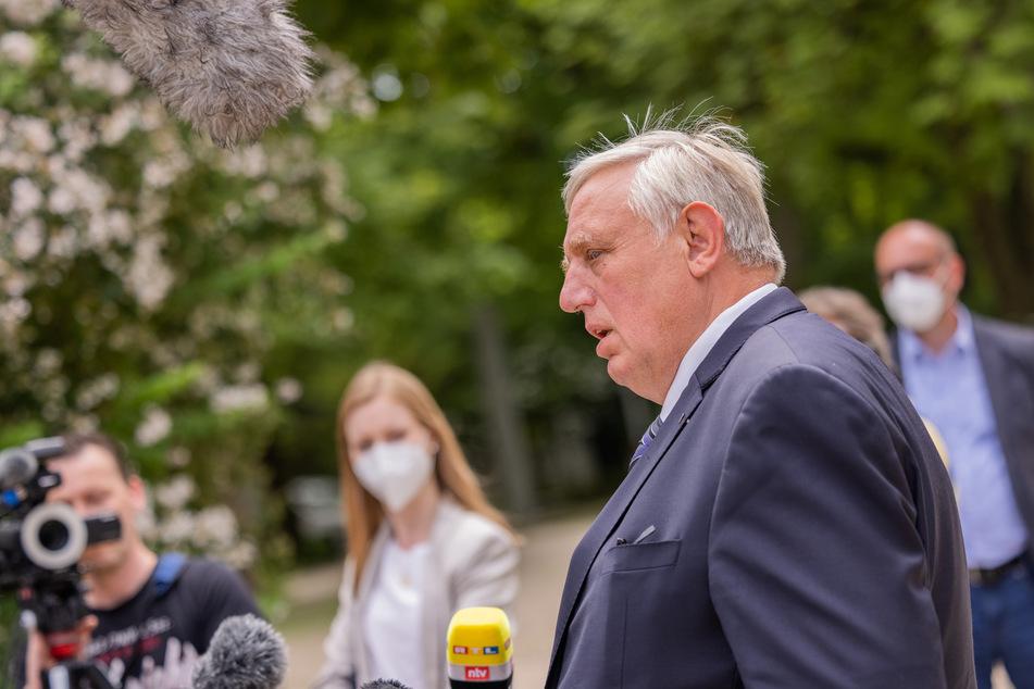 NRW-Gesundheitsminister Karl-Josef Laumann (CDU) hat angekündigt, wie es mit den Impfzentren im Land weitergehen soll.