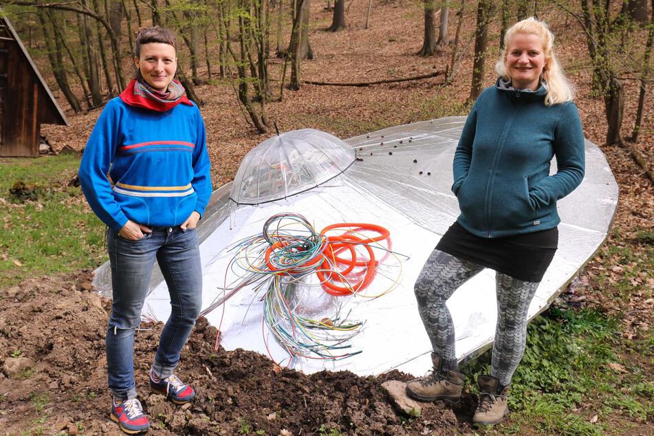 Anne-Kathrin Roßner (links) und Eva Selbmann vor ihrem UFO.