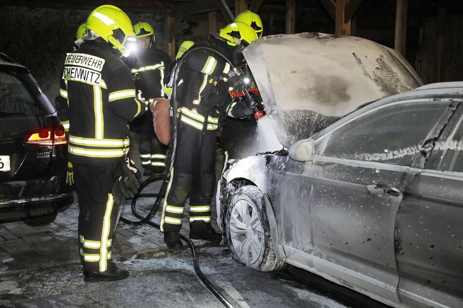 Schon wieder! In Chemnitz brannten in der Nacht auf Freitag zwei Autos am Fuße des Kaßbergs. Offenbar war es Brandstiftung.