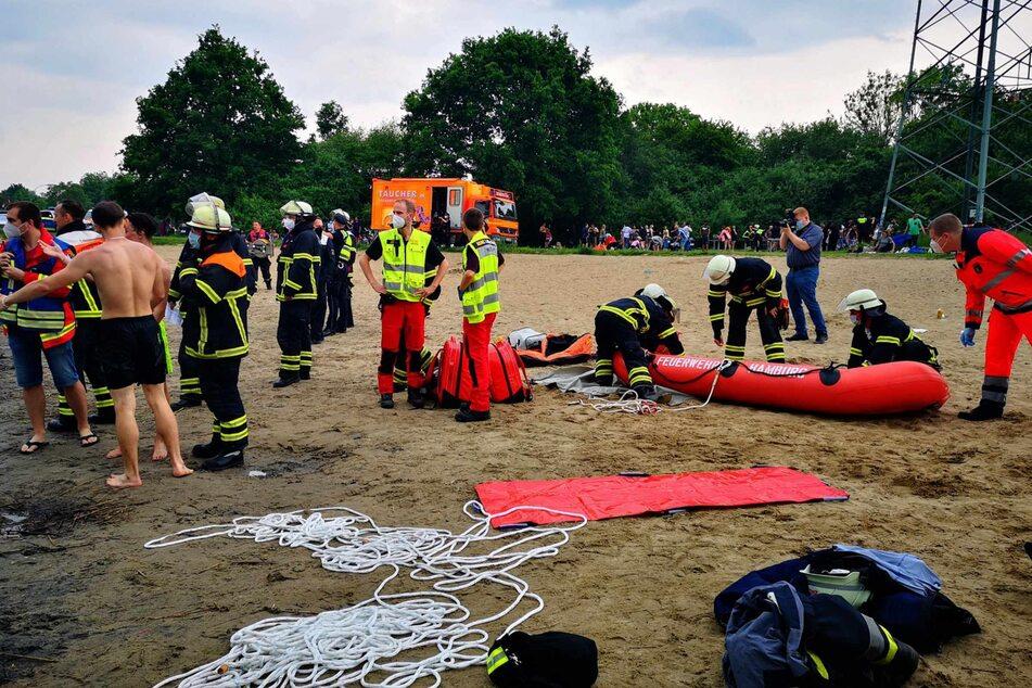 Die Feuerwehr suchte den See mit einem Schlauchboot ab.