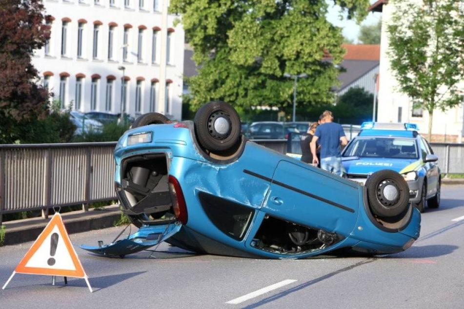 Opel überschlägt sich: 25-Jähriger verletzt