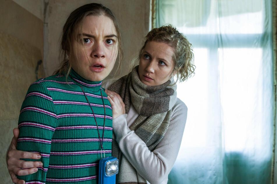 Leo Winkler (Cornelia Gröschel, 32, r.) befragt die Augenzeugin Talia Schröder (Hannah Schiller, 20), die den Täter gesehen hat.
