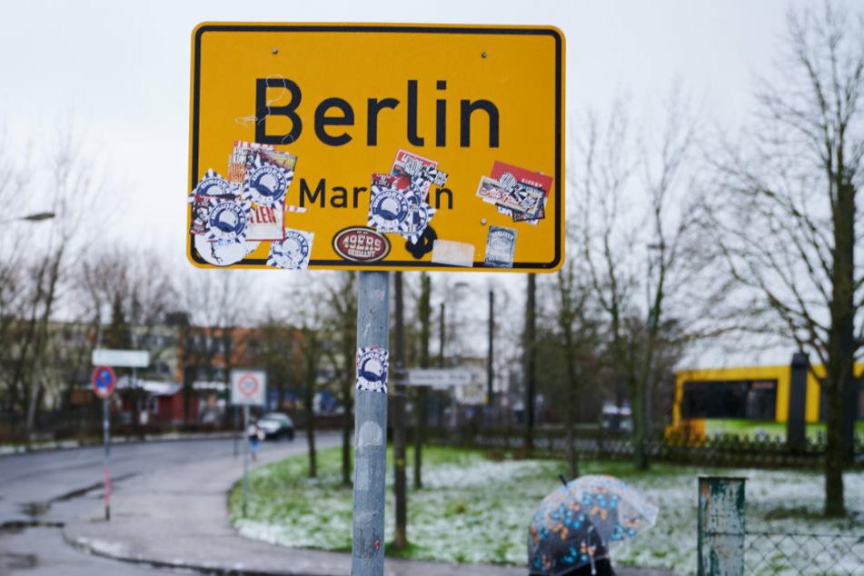 An der Grenze zwischen Berlin und Brandenburg steht das Ortsschild von Berlin-Marzahn.