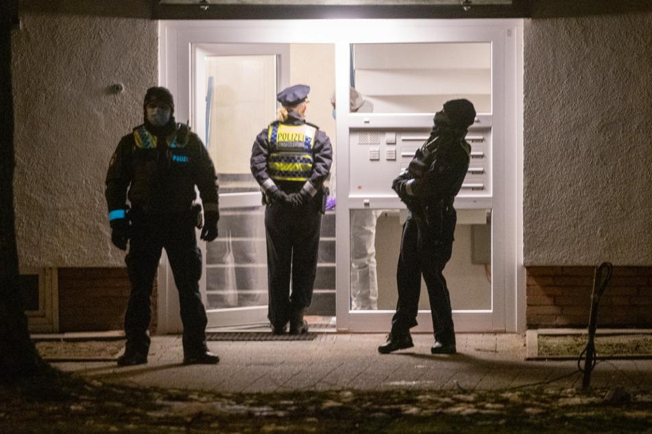 Polizisten vor einem Mehrfamilienhaus in Hamburg.