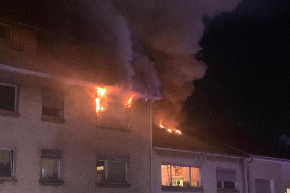 Flammen schlugen aus dem Dach.