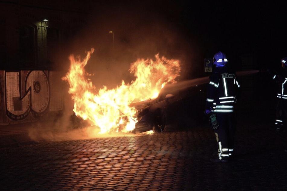 In der Linnéstraße brannte vergangene Woche ein Opel Astra - wenig später tauchte ein Bekennerschreiben im Internet auf.