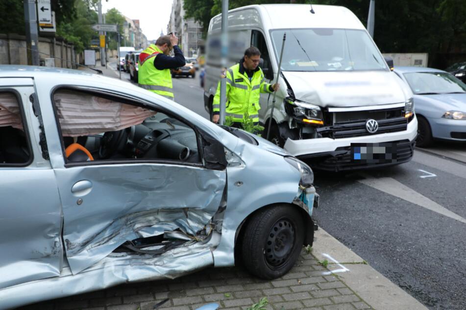 Unfall in Dresden: Transporter kracht am Diakonissenkrankenhaus in Kleinwagen!