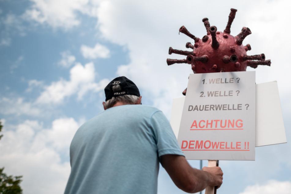 Vor der Querdenker-Demo am Samstag in Leipzig ist es im Netz vermehrt zu Gewaltaufrufen gekommen. Nun hat sich der Ableger der Bewegung in Leipzig davon distanziert.