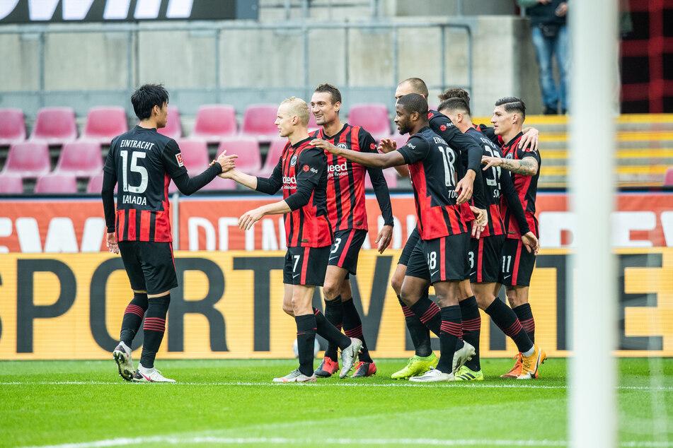Die Frankfurter Spieler freuen sich nach dem Treffer von Silva zum 0:1 (45./+2).