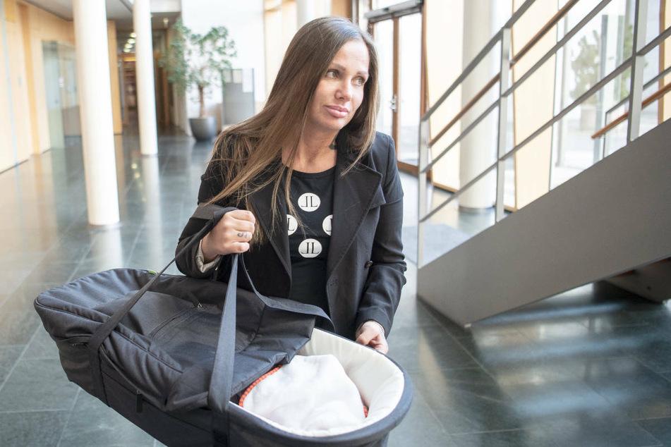 Schwesta Ewa mit ihrer neugeborenen Tochter in Karlsruhe beim Bundesgerichtshof, der die Revision ihres Urteils abwies.