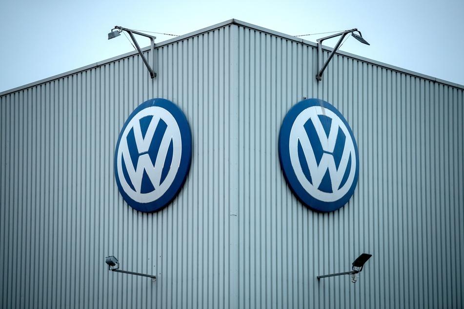 Niedersachsen, Braunschweig: Das VW-Logo hängt am Volkswagenwerk Braunschweig.