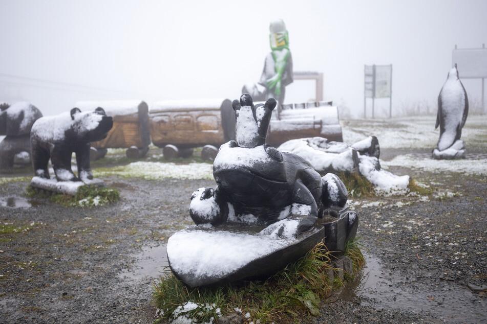 Auf dem relativ warmen Boden und bei einer Lufttemperatur von 0,5 Grad blieb nur wenig Schnee auf dem Fichtelberg liegen.