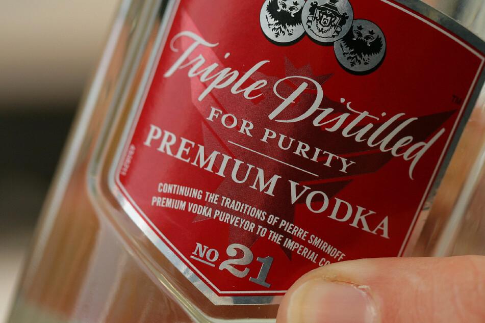 Beinahe wäre die Frau von einem Güterzug erfasst worden, weil sie ihre Wodka-Flasche retten wollte. (Symbolbild)