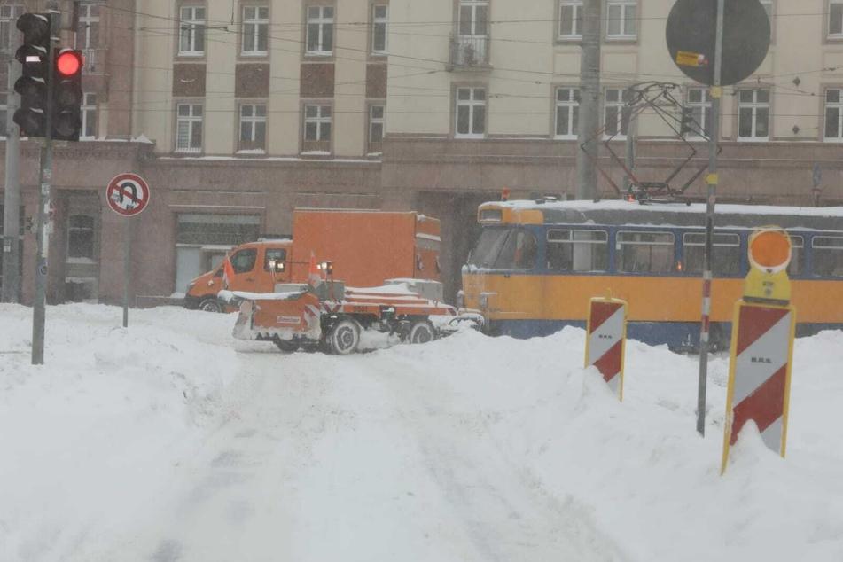 Eine Tram samt Schneepflug.