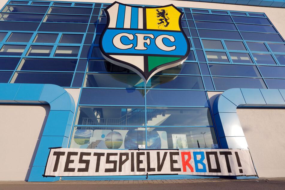 """Es wurde ein Plakat """"TestspielveRBot"""" am Stadion an der Gellertstrasse angebracht."""