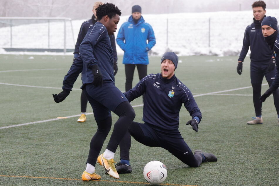 Proband Benjika Caciel beim Training mit den Himmelblauen am Ball. Hier versuchte er, Tim Campulka auszuspielen.