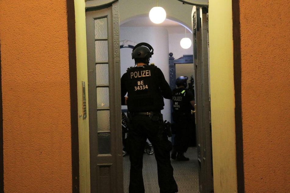 Schwer bewaffnete Beamte der Berliner Polizei haben ein Gebäude in Alt-Treptow durchsucht.