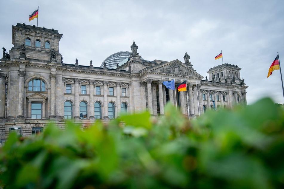 Die Deutschland- und die Europaflagge wehen am Morgen vor dem Reichstagsgebäude im Wind. Deutschland übernimmt ab dem 01. Juli 2020 für ein halbes Jahr die EU-Ratspräsidentschaft. Topthema des EU-Vorsitzes wird die Überwindung der Corona-Pandemie und ihrer schweren wirtschaftlichen Folgen.