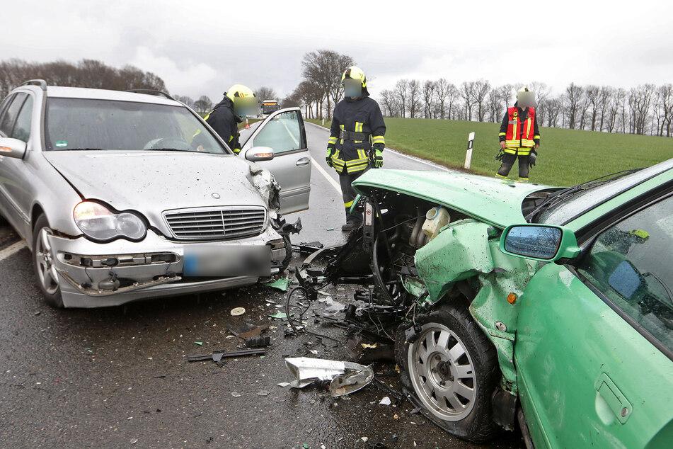 Schwerer Crash auf Bundesstraße: Audi kracht mit Mercedes frontal zusammen