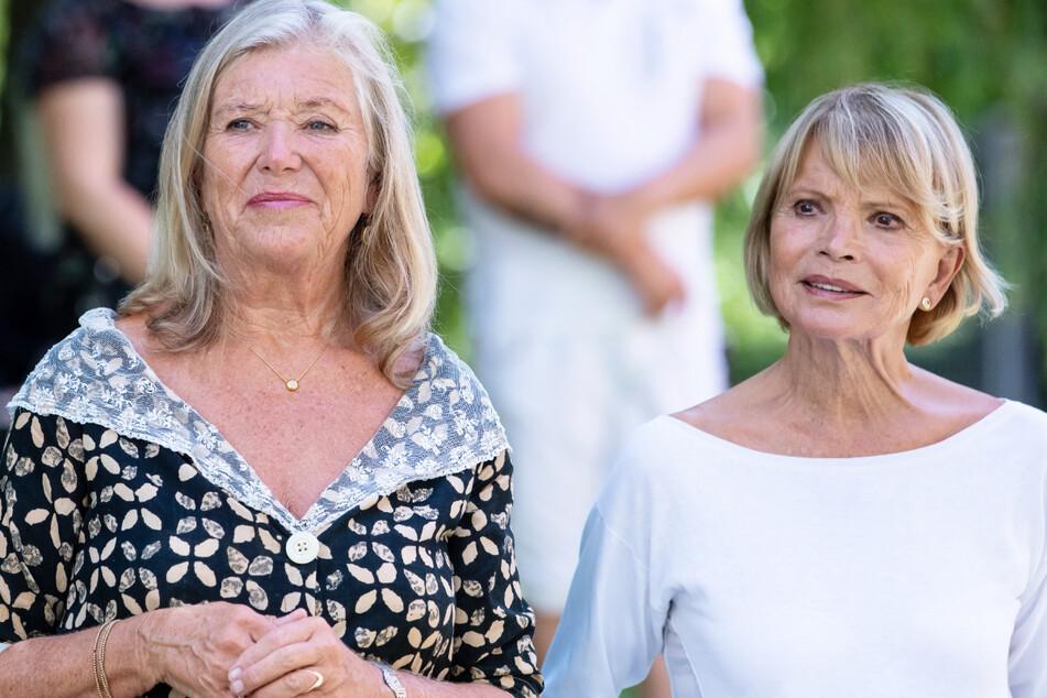 Uschi Glas (77, r.) und Jutta Speidel (67) nehmen im Seniorenheim Alfons-Hoffmann-Haus an einer Vernissage teil.