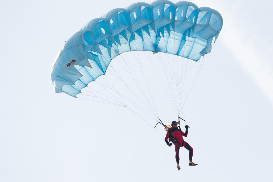 Der Mann sprang aus einer Höhe von 4000 Metern ab, ehe sein Schirm außer Kontrolle geriet. (Symbolbild)